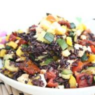 Insalata di riso venere con verdure croccanti