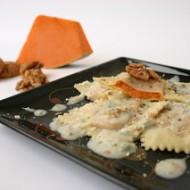 Ravioli di zucca su fonduta di gorgonzola, noci sbriciolate e pepe nero