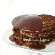 Pancakes al cioccolato con salsa al cioccolato e miele
