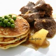 Spezzatino di manzo al marsala con pancake salati ai piselli