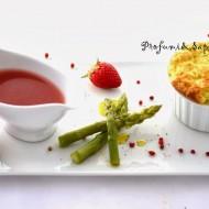 Soufflè agli asparagi con salsa alle fragole e pepe rosa