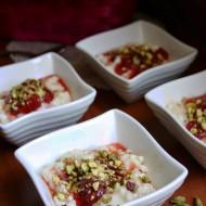 Kheer: budino di riso dolce al cardamomo con fragole e pistacchi