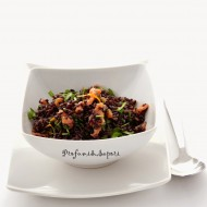 Insalata fredda di riso venere con rucola, salmone e agrumi
