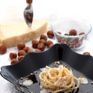 Tonnarelli cacio e pepe al parmigiano con granella di nocciole tostate